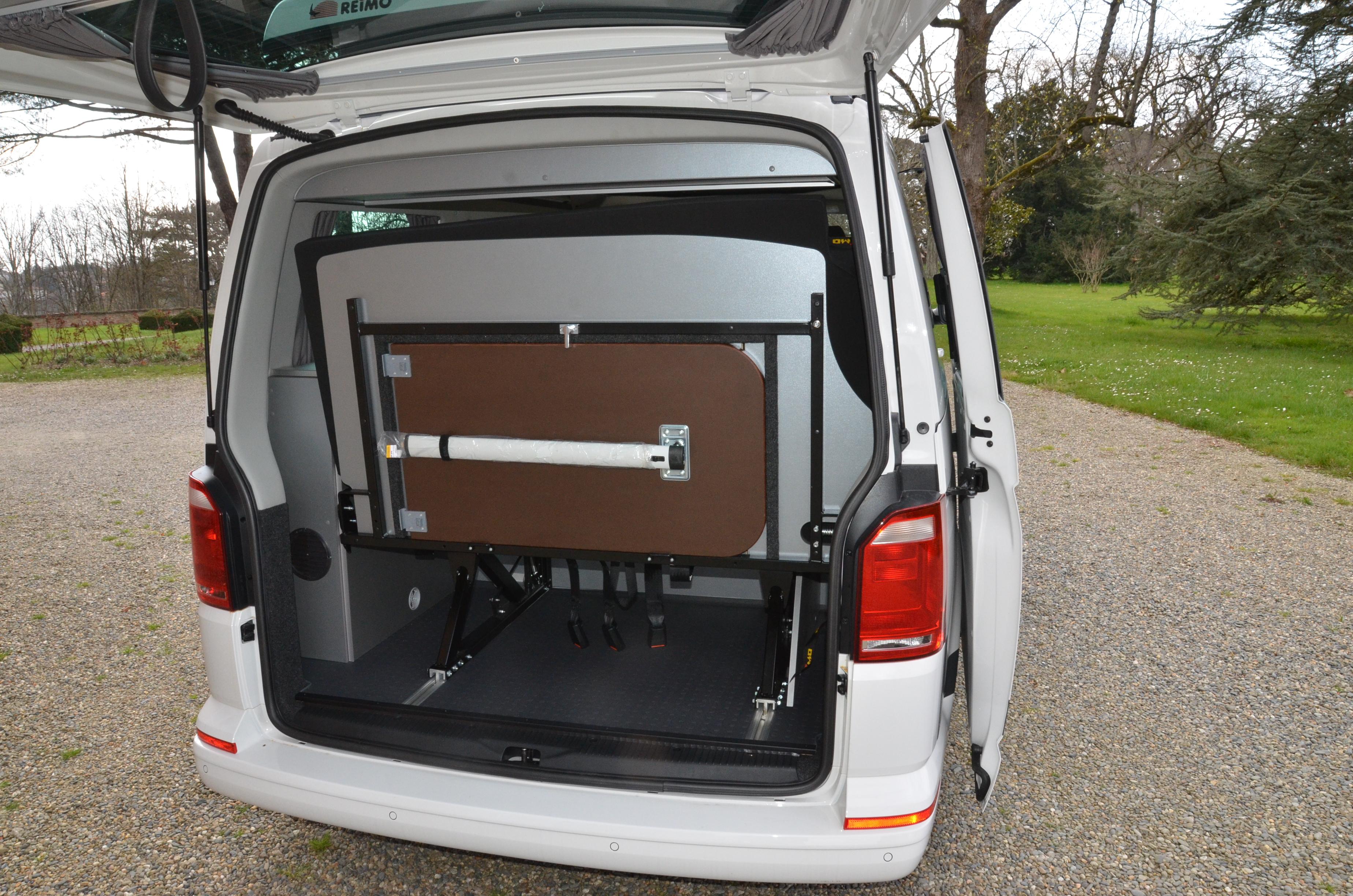 Vue de l'arrière du VW T6 avec aménagement Cityvan, hayon ouvert et banquette 3 places reculée au maximum
